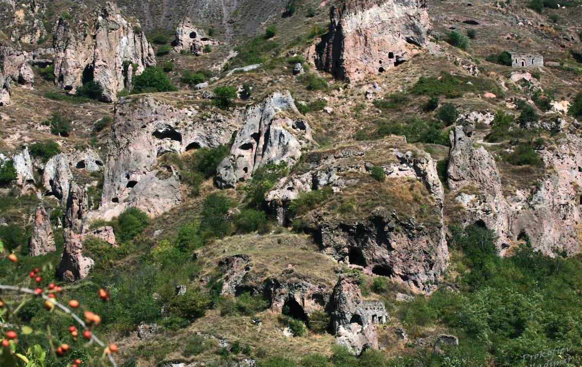 Хндзореск, пещерный город Армении